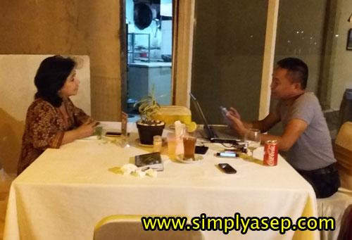 MEETING :  Pak Alex (kanan) dan Mba Widya (kiri) terlibat pembicaraan yang serius salah satunya mengenai Taman Khatulstiwa yang sedang mereka garap.  Foto Asep Haryono
