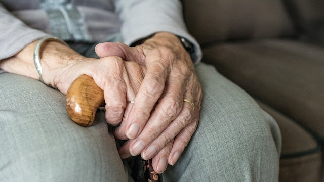 Someten a la fuerza a una anciana con demencia, pero el juez dice que no es agresión