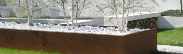 gradina moderna, jardiniera corten, banca beton, fire pit gradina, design gradina peisagist, craiova, constanta, mehedinti, resita, reghin, bistrita, arad