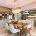Cozinha com churrasqueira integrada a sala de jantar com cores sofisticadas e porcelanato!
