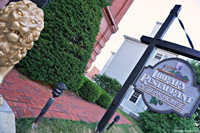 Uno de los Leones del Library Restaurant en Portsmouth, NH