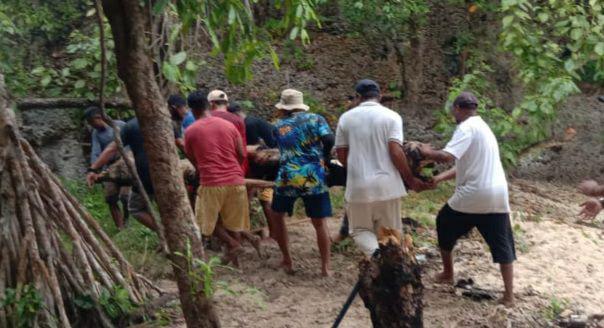 Syahbandar Saumlaki Bersihkan Pantai Sembunyi di Hari Lingkungan Hidup Sedunia