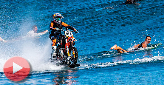 Moto- surf-cross? Piloto mistura surf e moto-cross nas parias do Taiti!