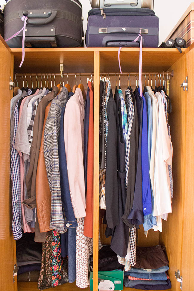 como organizar guarda roupa pequeno