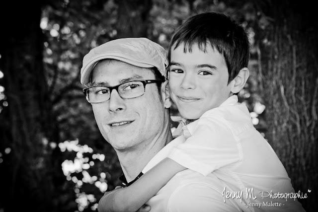 portrait photo noir et blanc enfant garçon et son papa photo enfant sur le dos de papa
