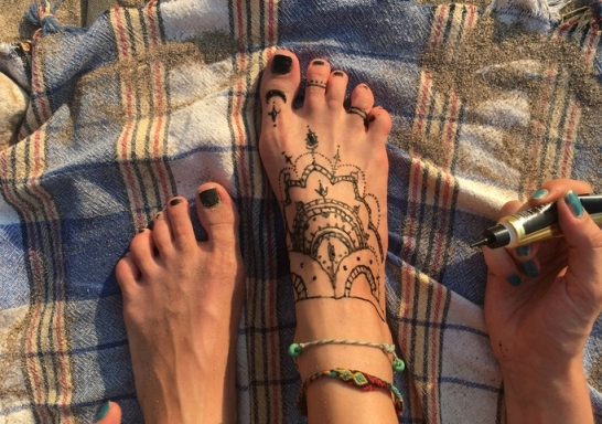 ΚΕΠΚΑ: Όχι στα τατουάζ από μαύρη χέννα στις διακοπές