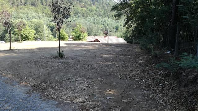 Parque de estacionamento terra