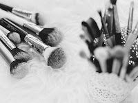 Alat Rias Wajah untuk Wanita Kekinian yang Harus Ada di Tas Kosmetik