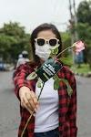 """Viral Video """"Hancurkan Risma Sekarang Juga"""", Amelia Bagi-Bagi Bunga Mawar"""