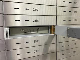 銀行保管箱如發生承租人違約(例如未辦理續約),並在銀行通知後仍不處理,依照保管箱租用約定書,銀行得會同公證破封開箱。