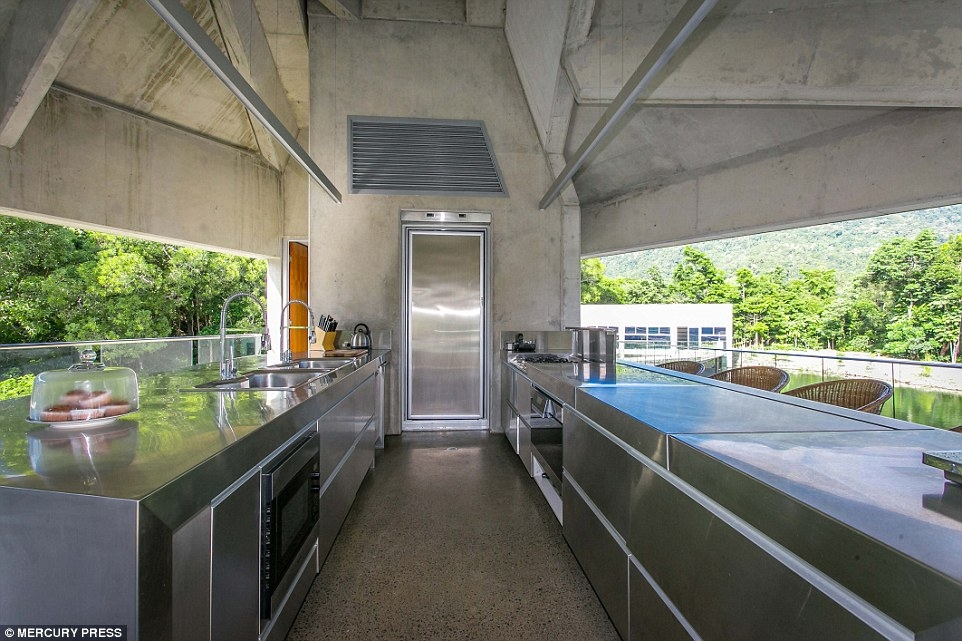 06-Open-Air-Kitchen-Charles-Wright-Architecture-with-Star-Wars-Millennium-Falcon-Inspired-House-www-designstack-co