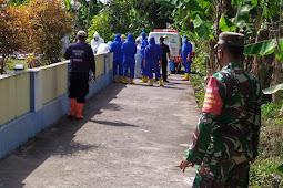 Babinsa Trucuk Pantau Dan Amankan Pemakaman Warga Secara Protokol Covid-19 Di Wilayah Binaan