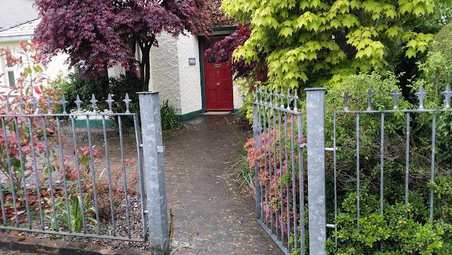 portti, puutarha, punainen ovi
