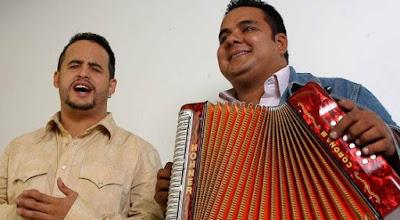 Foto de Los Inquietos cantando