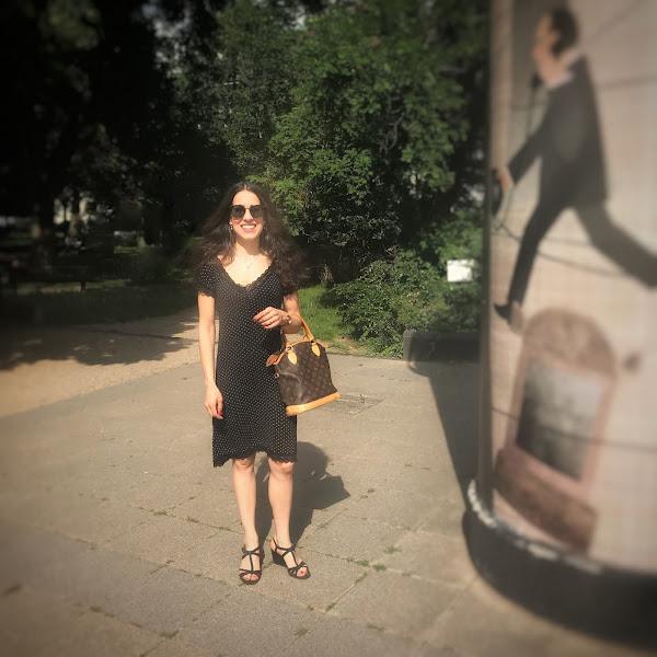 Style: Femininer Look mit Pünktchenkleid, Unisa Sandalen und Missoni Sonnenbrille