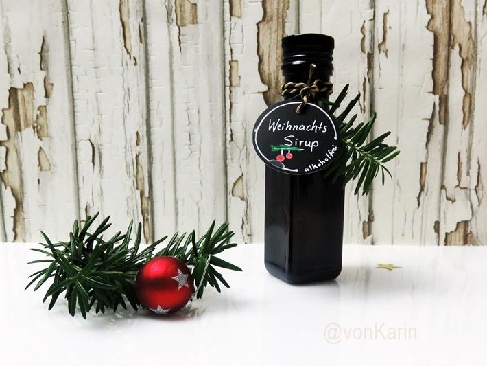 weihnachtliche Flasche mit Weihnachtssirup und Deko