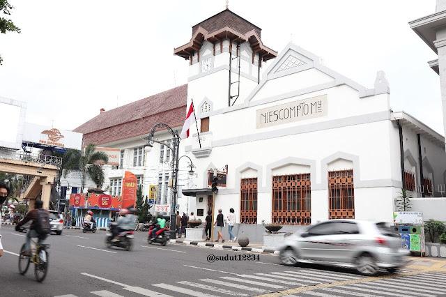 bangunan-kolonial-di-sekitar-alun-alun-kota-bandung
