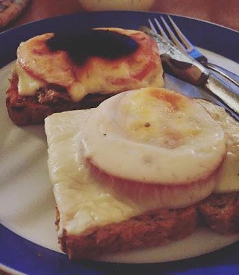 palanut lämppäri ja sopivasti paistunut tomaatti-tonnikala lämmin leipä