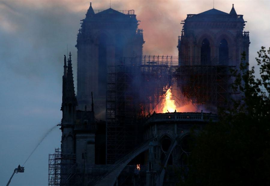 أول صورة من الداخل لكنيسة نوتردام بعد اندلاع حريق ضخم بها