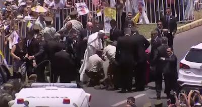 Una policía se cayó del caballo y el Papa Francisco se bajó del Papamovil para ayudarlo