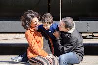 Padres sonriendo junto a su hijo. Sesión de familia. Fotografía de Cristian Moriñigo, de Positive
