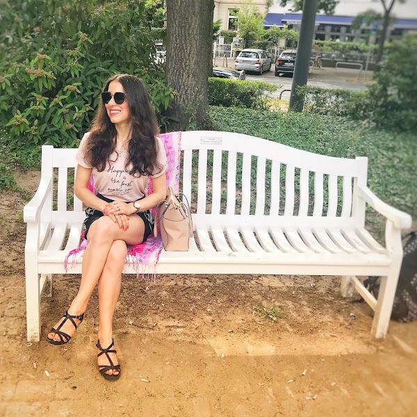 Style: Sommer Outfit mit Ponte-Shorts, pastellfarbenen T-Shirt und schwarzen Sandalen