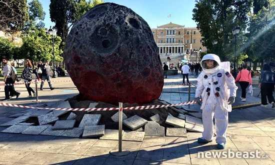 enas-meteoritis-epese-sto-sintagma