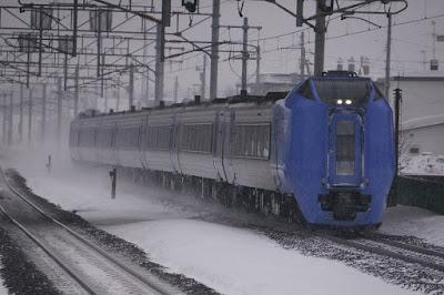 千歳線恵庭駅を通過するキハ281系