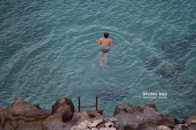 Ατρόμητοι κολυμβητές στο Ναύπλιο βούτηξαν στη θάλασσα με θερμοκρασίες ψυγείου