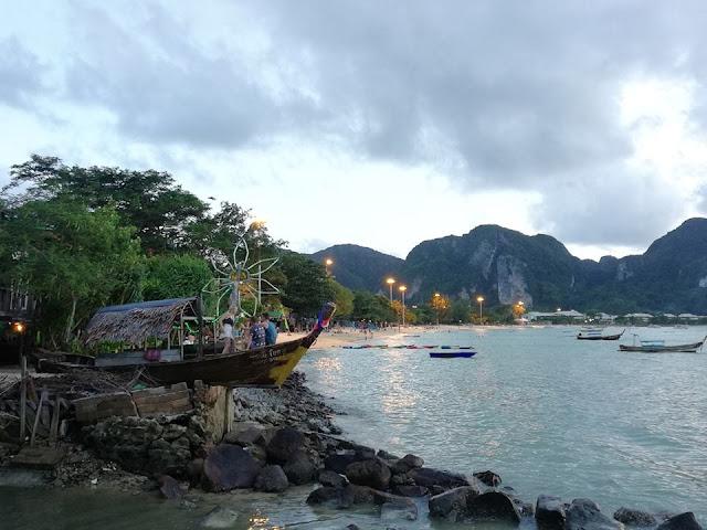 หาดต้นไทร อยู่ในเขตพื้นที่ของอุทยานแห่งชาติหาดนพรัตน์ธารา เป็นหาดที่เงียบสงบอยู่ถัดจากหาดไร่เลย์ตะวันตก ไม่คึกคักเหมือนหาดไร่เลย์ เหมาะสำหรับคนที่ต้องการพักผ่อนแบบเงียบสงบ และความเป็นส่วนตัว