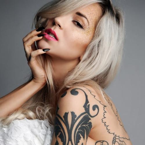 Sara Fabel modelo tatuada