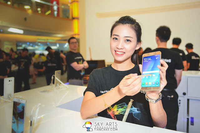 A good looking promoter with Samsung GALAXY Note 5