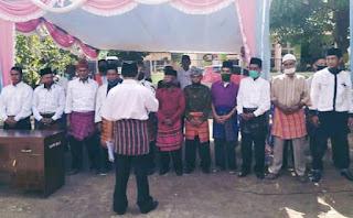 Saat Dilantik, Ketua Rt dan Rw di Kelurahan Jatibaru Barat Kenakan Sarung Tenun Bima
