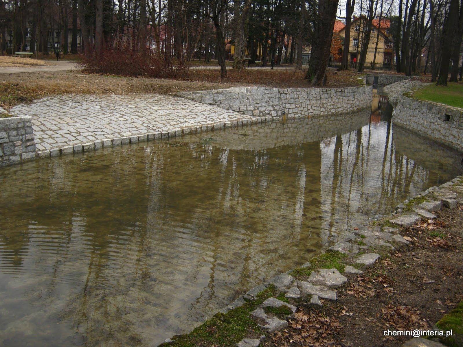 Gorąca woda w cieplickich basenach w Parku Zdrojowym
