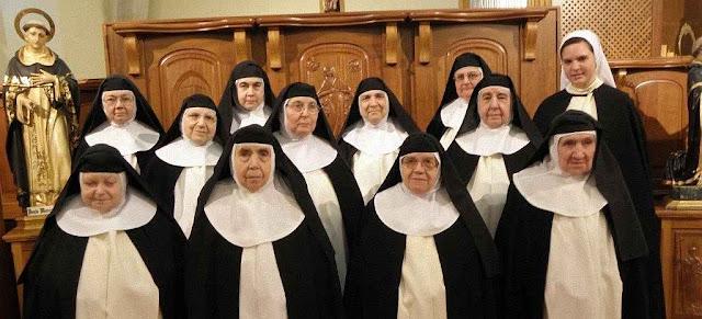 Horrorizadas pelo escândalo degradante e blasfemo de uma irmã religião 'novo estilo'.