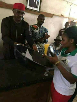 Senator Mao Ohuabunwa  Representing  People Of Abia North Empowers His Constituents With Frying Pan ─ Photo