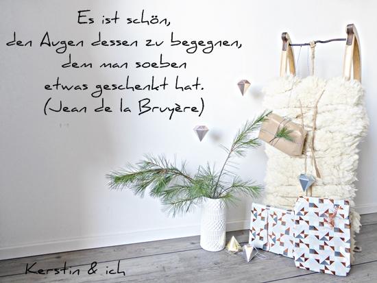 Zitat Schenken und weihnachtliche Deko mit Geschenken und Schlitten
