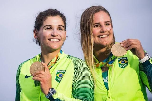 Martine Grael e Kahena Kunze no pódio olímpico da Rio 2016