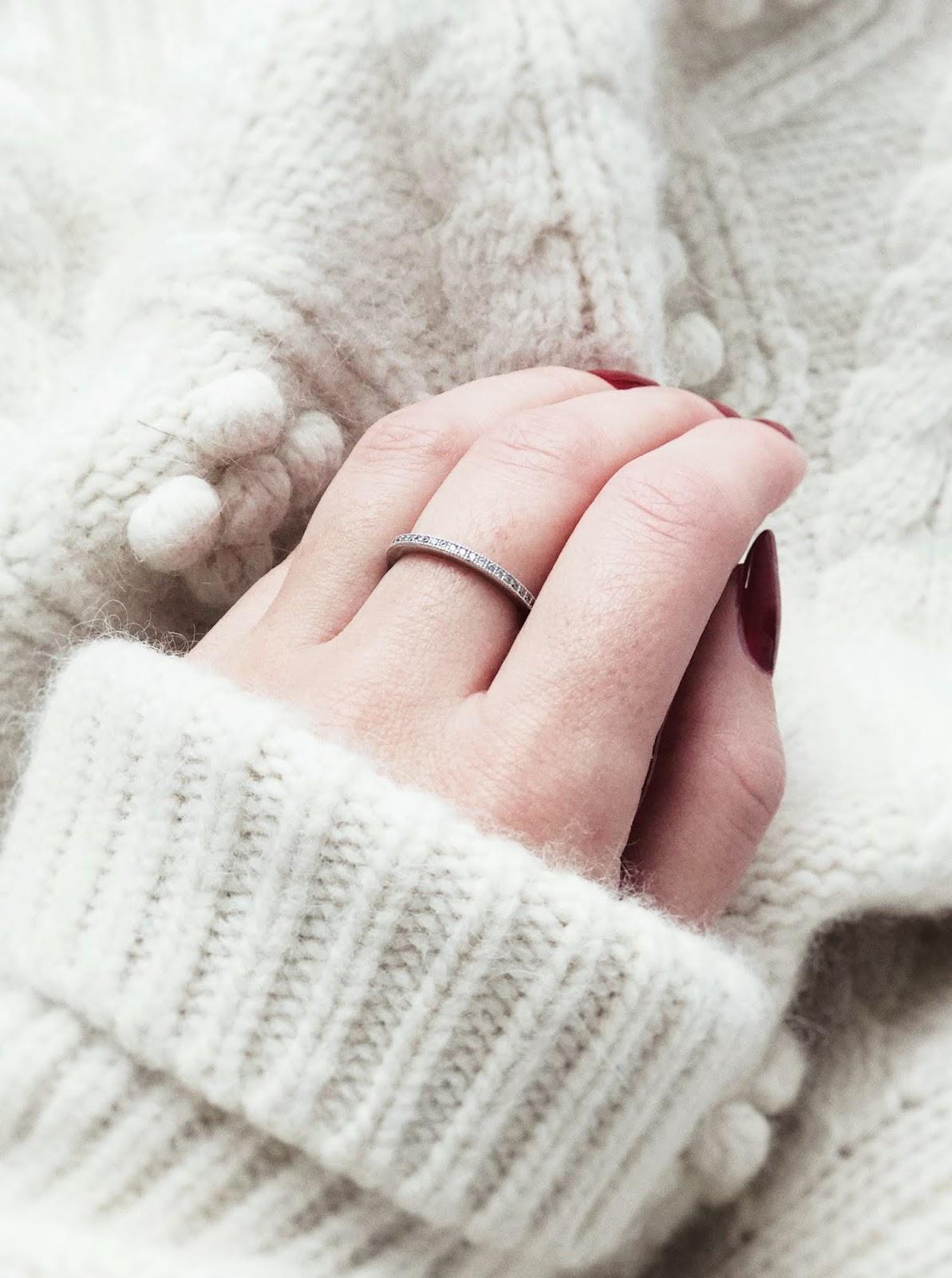 Ulubieńcy grudnia: pierścionek, złoty kubek, golf i krem pod makijaż