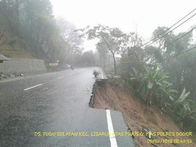 Jalur puncak arah cianjur longsor tidak bisa dilewati kendaraan.