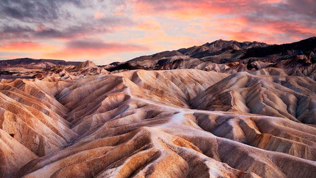 """Lướt ván trên cát ở sa mạc là hoạt động vô cùng thú vị đối với những ai ưa thích mạo hiểm khi đi du lịch Chile, và  """"Death Valley"""" chính là nơi tuyệt vời để trải nghiệm điều đó."""