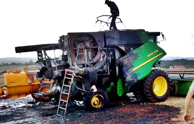 Foto da colheitadeira que pegou fogo hoje à tarde