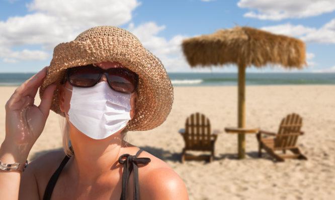 Διακοπές με κορωνοϊό - Πού φοράμε μάσκα – Τι πρέπει να προσέχουμε στην παραλία
