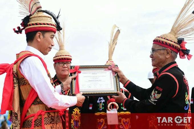 Presiden Joko Widodo Dianugerahi Gelar Adat Dayak Lundayeh