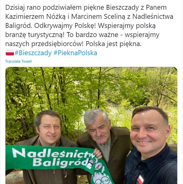 Selfie Andrzeja Dudy z leśnikami