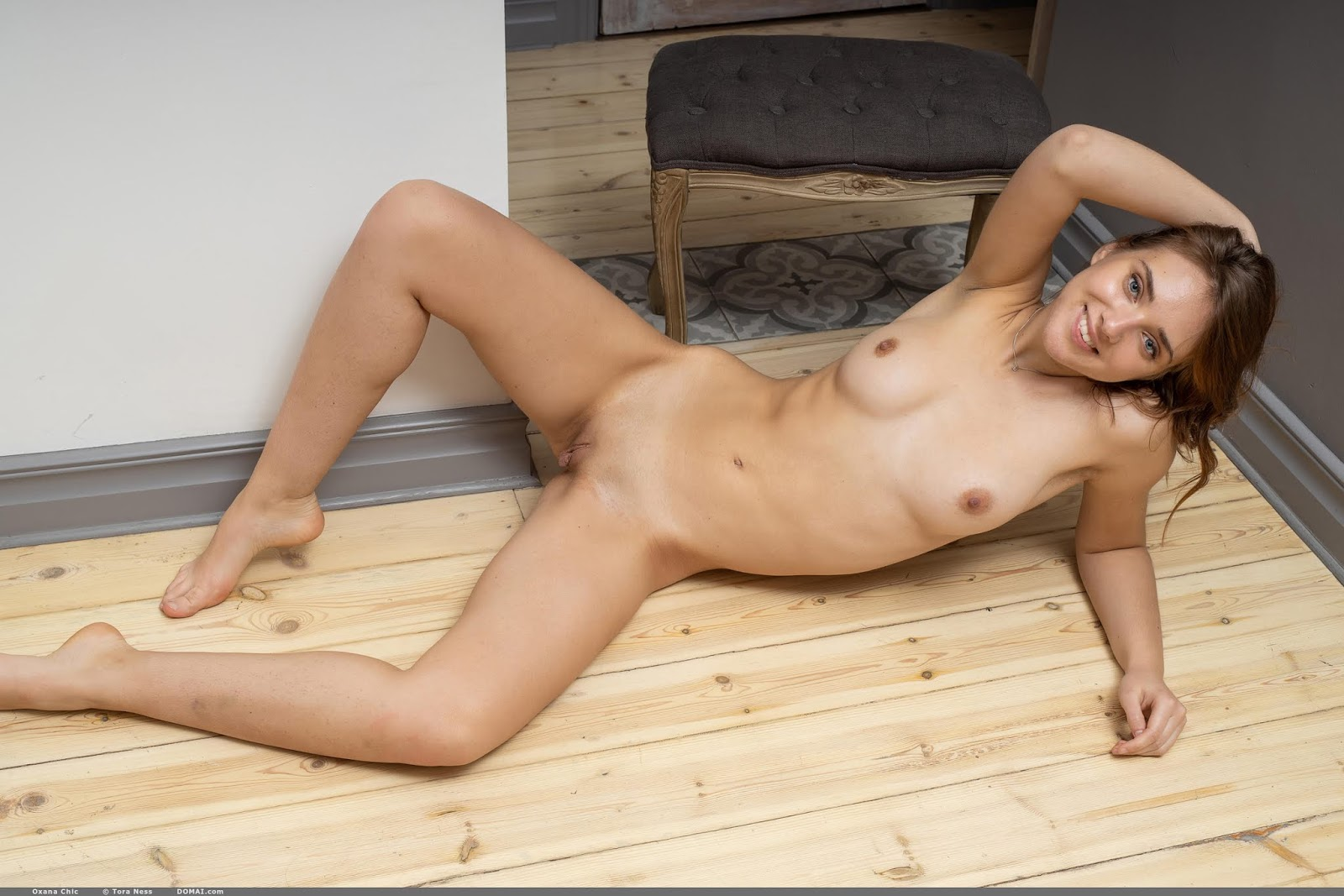 Oxana Chic Playing Pussy God 39