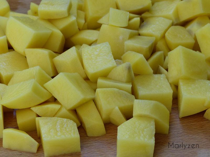 Coupez les pommes de terre en cubes.