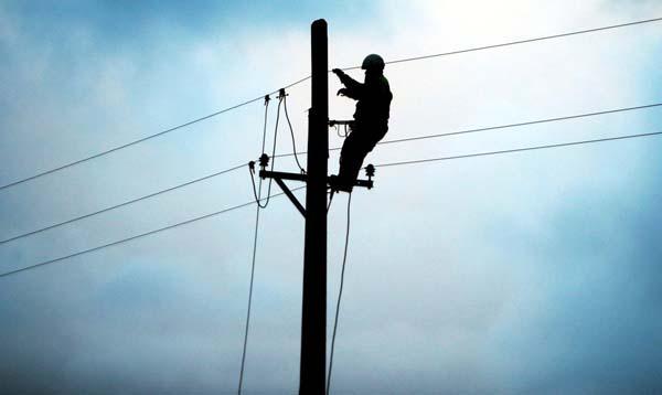 Kangra: दाड़ी में घरों के ऊपर गुजर रही विद्युत लाइनें हटाई