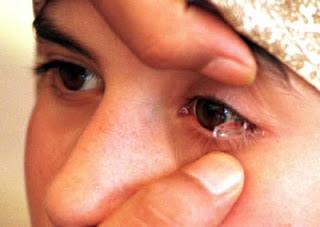 mengeluarkan air mata kristal