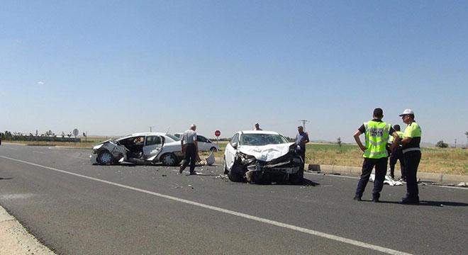 Çınar yakınlarında otomobiller çarpıştı: 3 yaralı